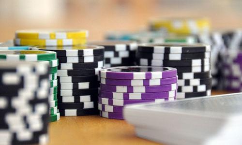 Pokeritapaamisten-opastus-parasta-musiikkia-pokeri-iltaan-ystävien-kanssa-Pokerin-monimutkaisuus
